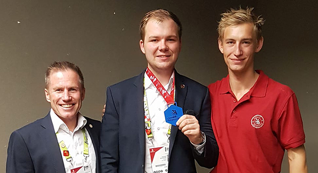 Medallion for Excellence til snedker Justian ved EuroSkills 2018